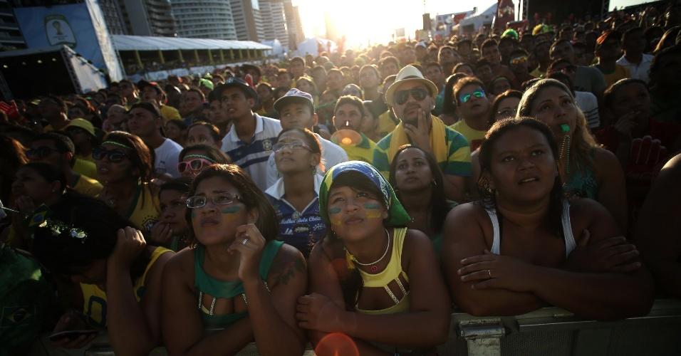 Torcedores assistem ao jogo entre Brasil e Colômbia na Fan Fest de Fortaleza, cidade onde foi realizada a partida