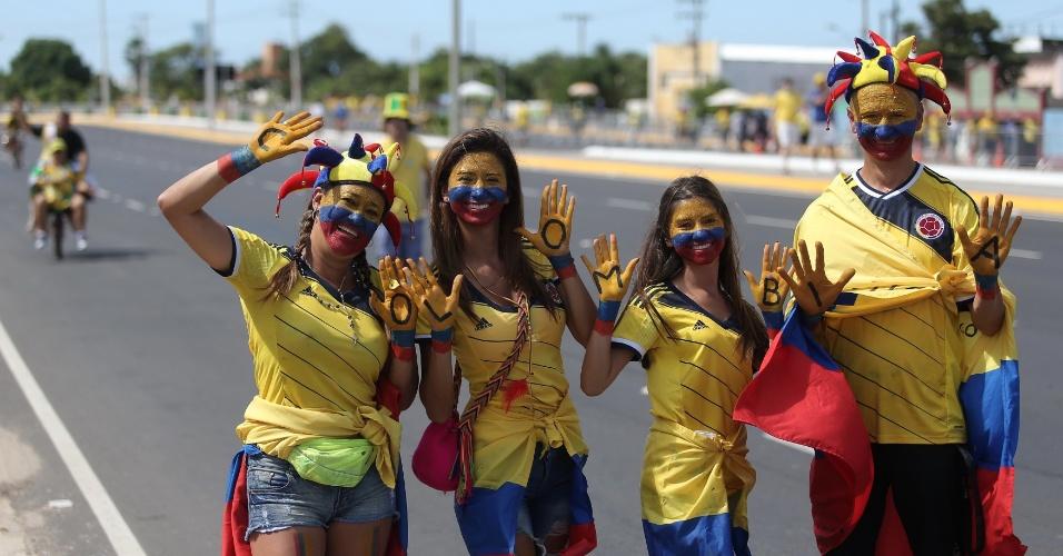 Torcedores carregam as cores da Colômbia no lado de fora do Castelão, antes do jogo contra o Brasil
