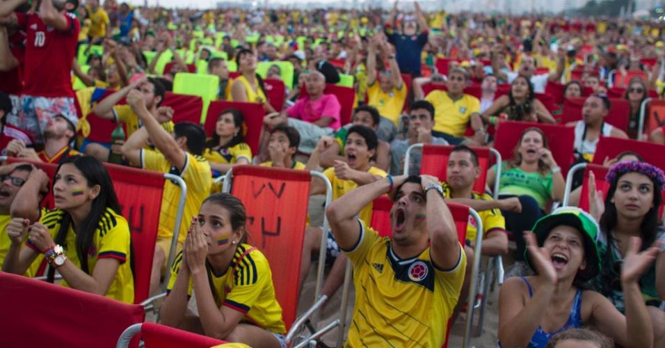 Torcedores colombianos lamentam oportunidade perdida durante transmissão do jogo contra o Brasil na Fan Fest de Copacabana