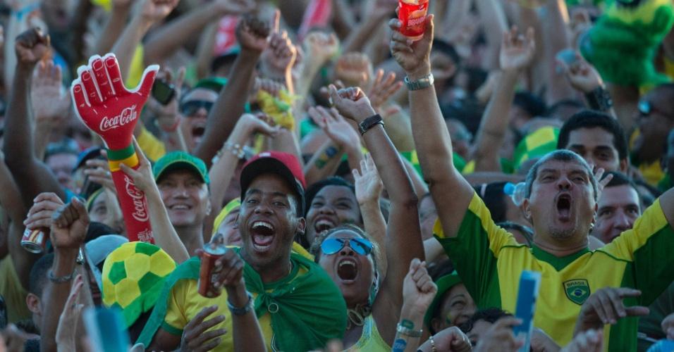 Torcedores comemoram gol do Brasil na Fan Fest de Salvador
