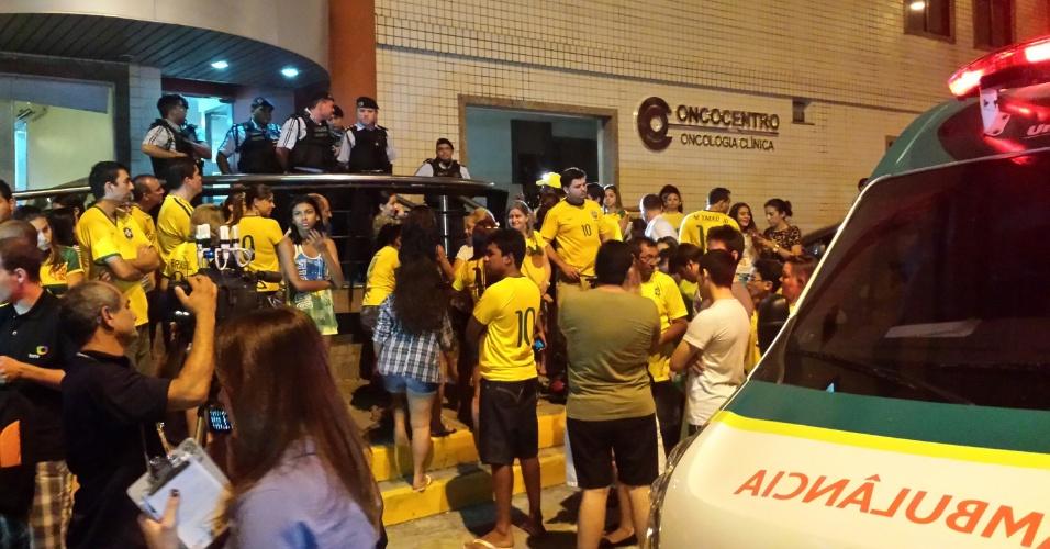 Torcedores esperam do lado de fora de clínica médica na qual Neymar recebe atendimento após jogo contra Colômbia