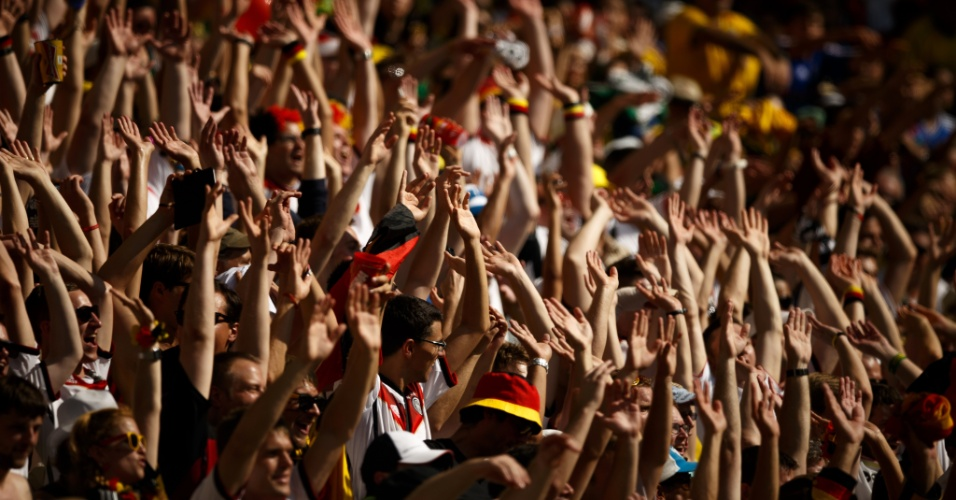 Torcedores fazem a 'ola' no Maracanã durante jogo entre Alemanha e França