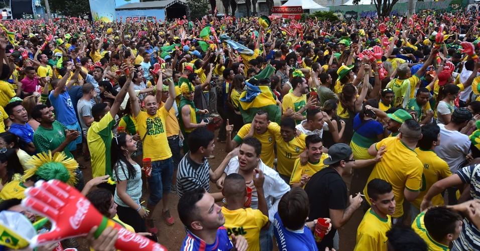 Torcedores fazem festa Thiago Silva abrir o placar para o Brasil contra a Colômbia