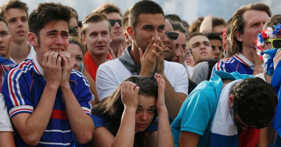 Torcedores franceses lamentam derrota para a Alemanha e eliminação da Copa do Mundo na cidade de Lyon