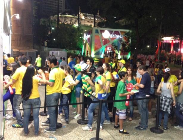 Torcedores ignoram show da Fan Fest e fazem fila em stand de patrocinador para ganhar brindes
