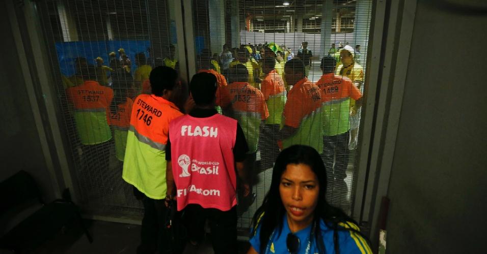 04.jul.2014 - Torcedores passam pelo portão dos jogadores e tentam invadir o gramado, mas são impedidos pelos seguranças no Castelão