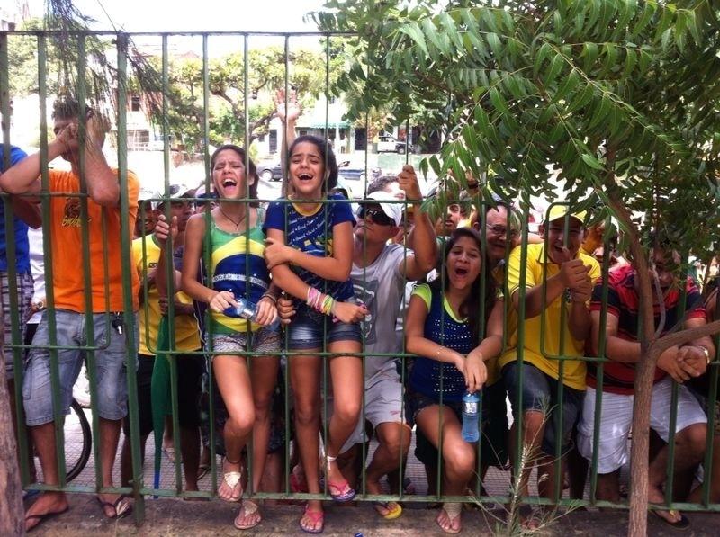 Torcedores se espremem contra a grade do hotel da seleção brasileira
