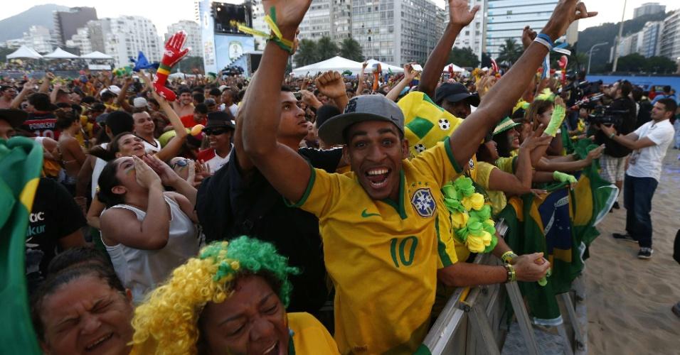 Torcida brasileira comemora o gol de Thiago Silva na Fan Fest de Copacabana
