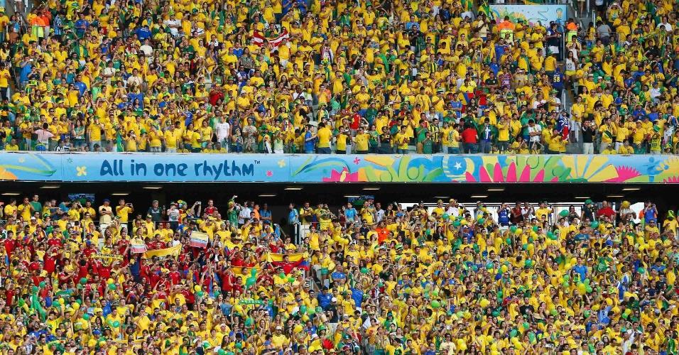 04.jul.2014 - Torcida brasileira faz festa nas arquibancadas do Castelão na partida contra a Colômbia, pelas quartas de final