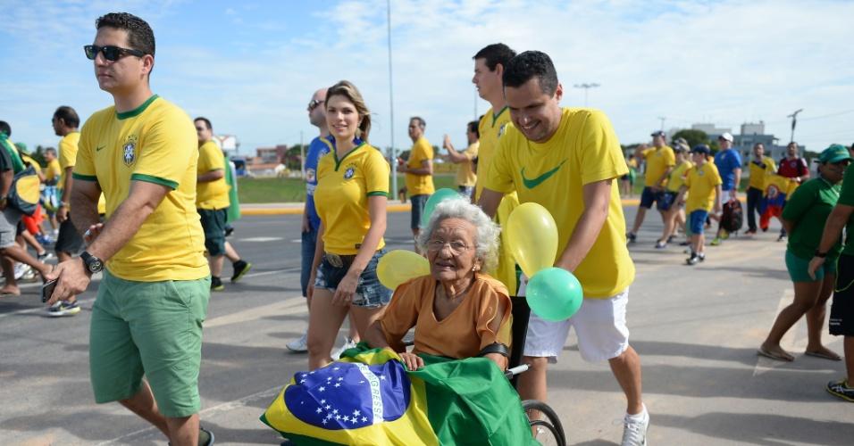 Torcida brasileira vai chegando ao Castelão, para a partida de quartas de final contra a Colômbia