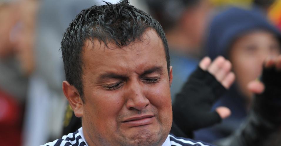 Torcedor colombiano em Bogotá chora eliminação para o Brasil na Copa do Mundo