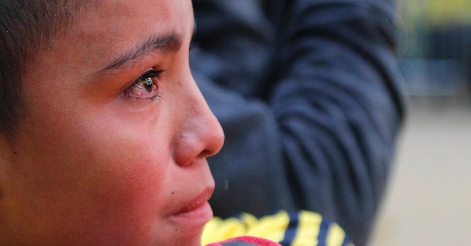 Criança colombiana chora em Bogotá eliminação para o Brasil na Copa do Mundo