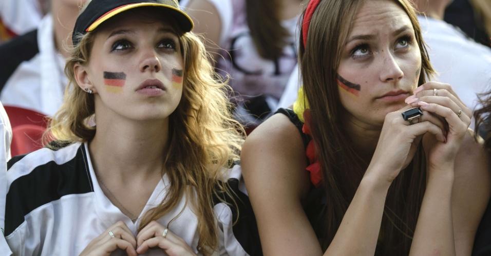 Torecedoras alemãs assistem ao jogo contra a França do Portão de Brandenburgo, em Berlim