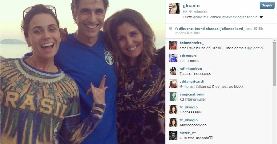 """Trio da novela """"Em Família"""", Giovanna Antonelli, Reynaldo Gianecchini e Cris Alves torcem pelo Brasil contra a Colômbia"""