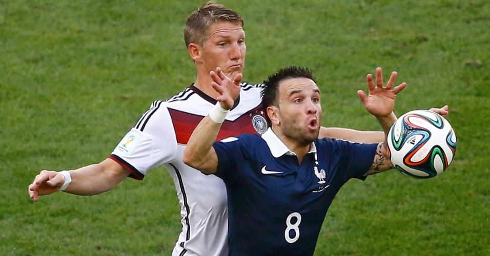 Valbuena tenta o domínio de bola enquanto é marcado de perto por Schweinsteiger durante Alemanha e França, no Maracanã