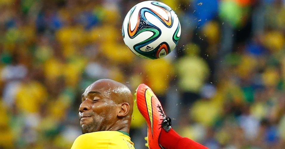 04.jul.2014 - Vale tudo por uma vaga na semifinal, e Maicon divide de cabeça com o colombiano Ibarbo, no Castelão
