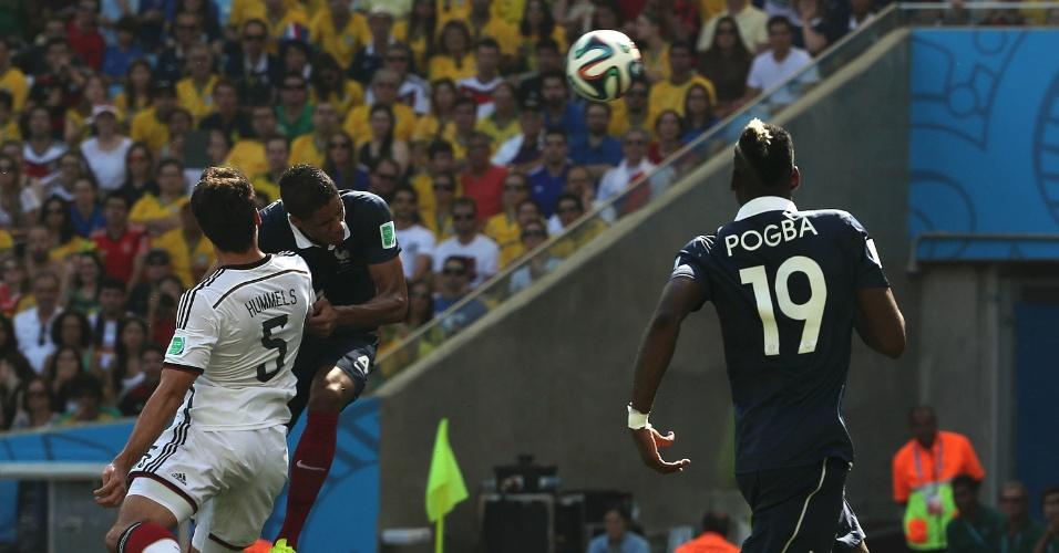Varane e Hummels brigam pela bola na partida entre França e Alemanha