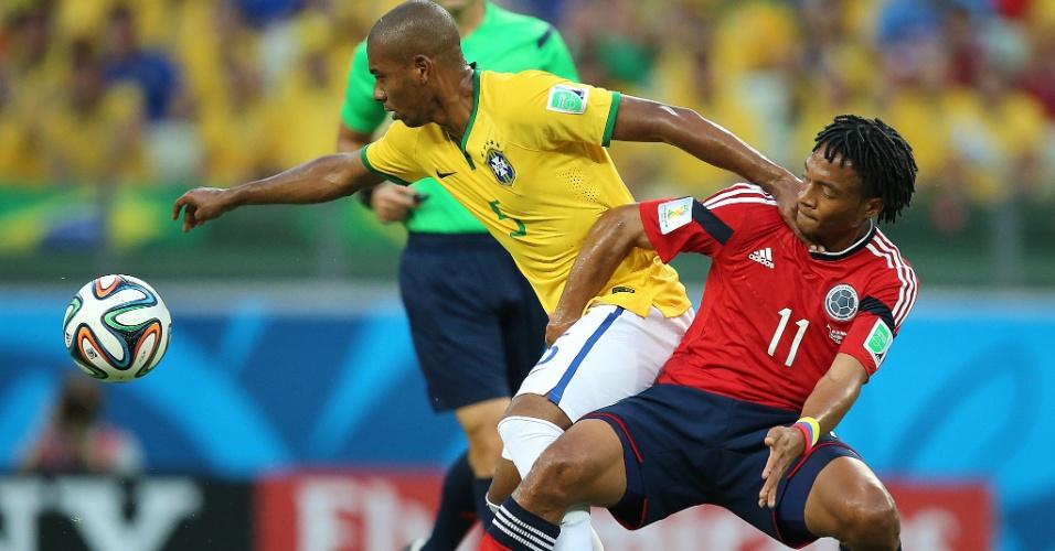 04.jul.2014 - Volante Fernandinho se antecipa a Cuadrado e rouba a bola no Castelão. O Brasil venceu a Colômbia por 2 a 1 e está na semifinal da Copa