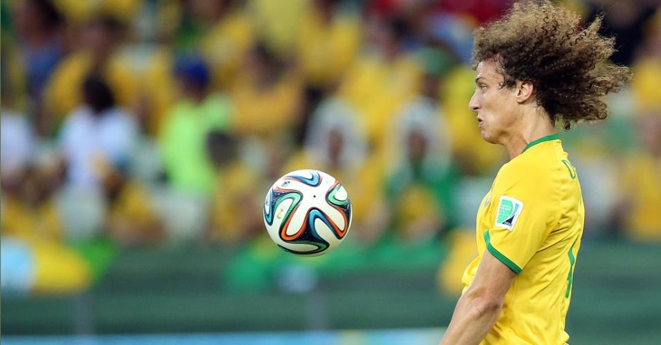 04.jul.2014 - Zagueiro David Luiz se esforça para dominar a bola na vitória brasileira sobre a Colômbia por 2 a 1, no Castelão