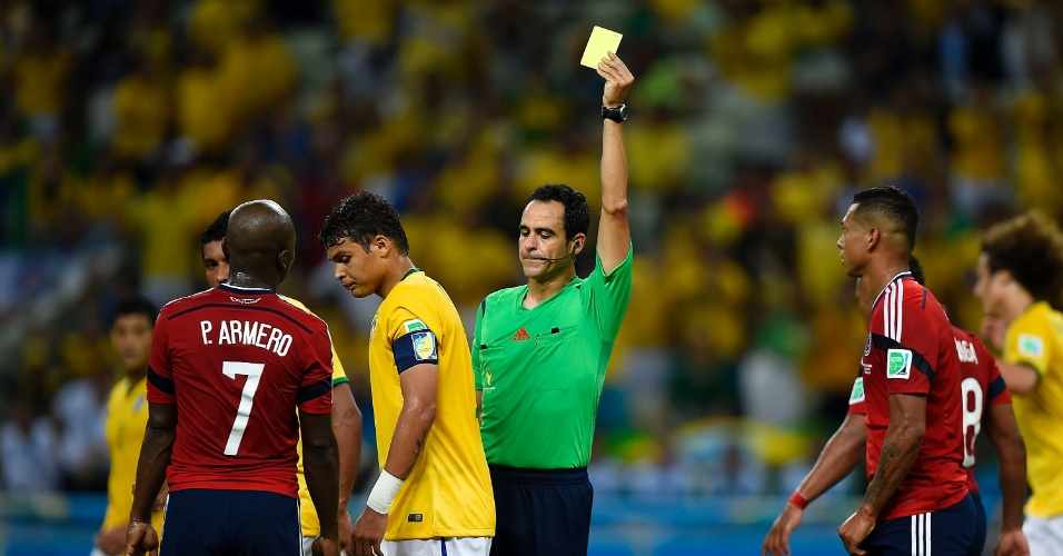 04.jul.2014 - Zagueiro e capitão Thiago Silva recebe o cartão amarelo contra a Colômbia e está suspenso
