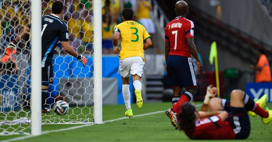 04.jul.2014 - Zagueiro Thiago Silva comemora enquanto colombiano Yepes fica caído no gramado no Castelão