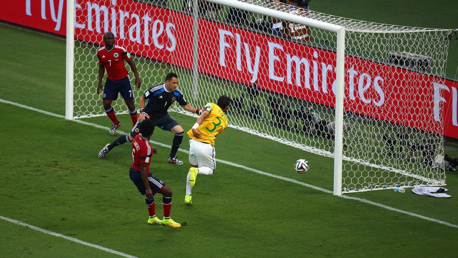 04.jul.2014 - Zagueiro Thiago Silva desvia a bola na pequena área e marca o primeiro do Brasil contra a Colômbia, no Castelão