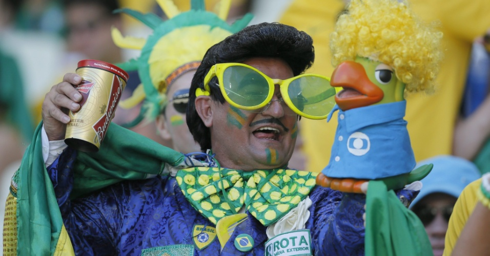 Zé Bonitinho volta a mostrar o tostão da sua voz nesta Copa do Mundo, desta vez acompanhado de Louro José na arquibancada do Castelão
