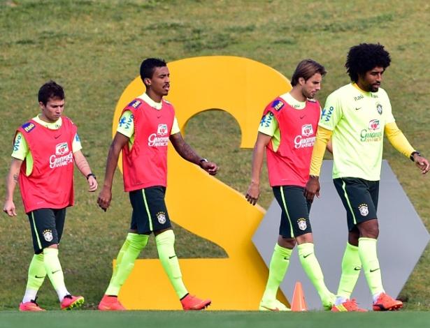 05.07.14 - Bernard, Luiz Gustavo, Henrique e Dante caminham na Granja Comary