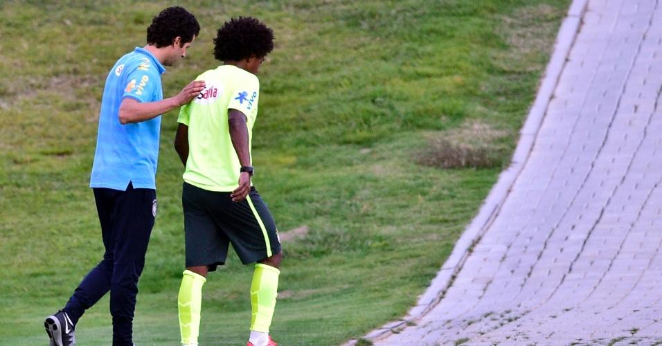 05.07.14 - Choque com Hernanes fez com que Willian deixasse treino de reservas da seleção neste sábado