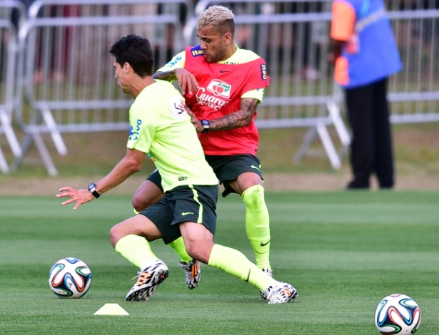 05.07.14 - Daniel Alves tenta desarmar Hernanes no treinos dos reservas