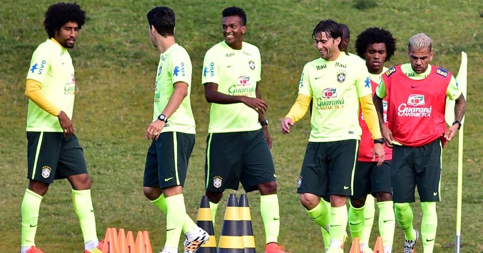 05.07.14 - Jogadores da seleção brasileira conversam durante treino na Granja Comary