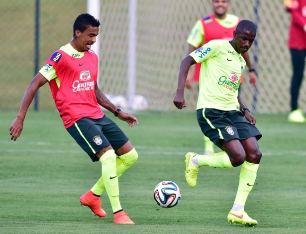 05.07.14 - Luiz Gustavo disputa bola com Ramires na Granja Comary