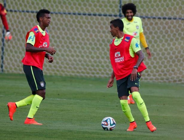 05.07.14 - Luiz Gustavo domina a bola no treino da seleção