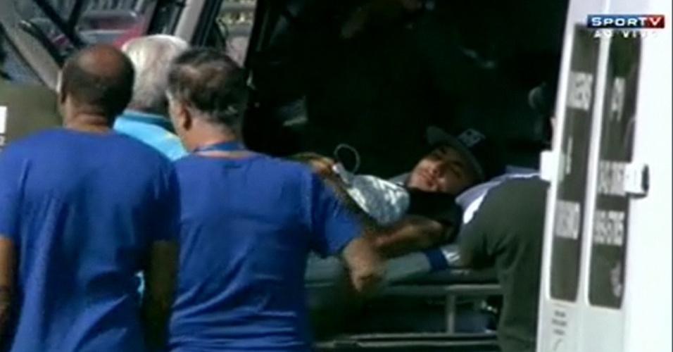 05.07.14 - Neymar é levado de helicóptero e deixa a delegação brasileira na Granja Comary