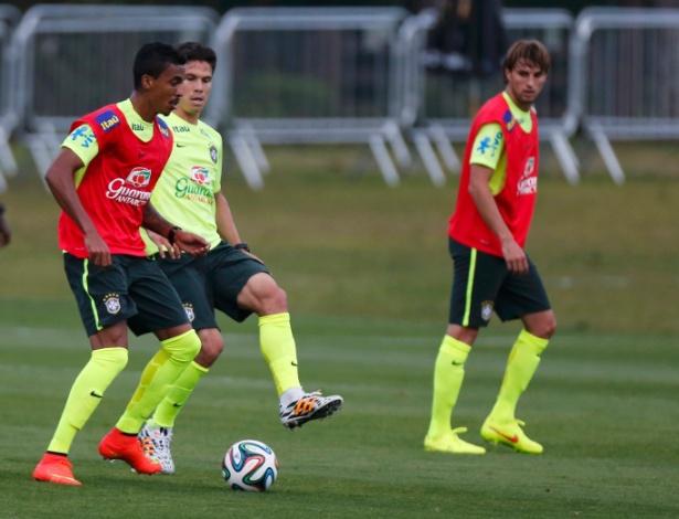 05.07.14 - Observado por Henrique, Luiz Gustavo disputa com Hernanes
