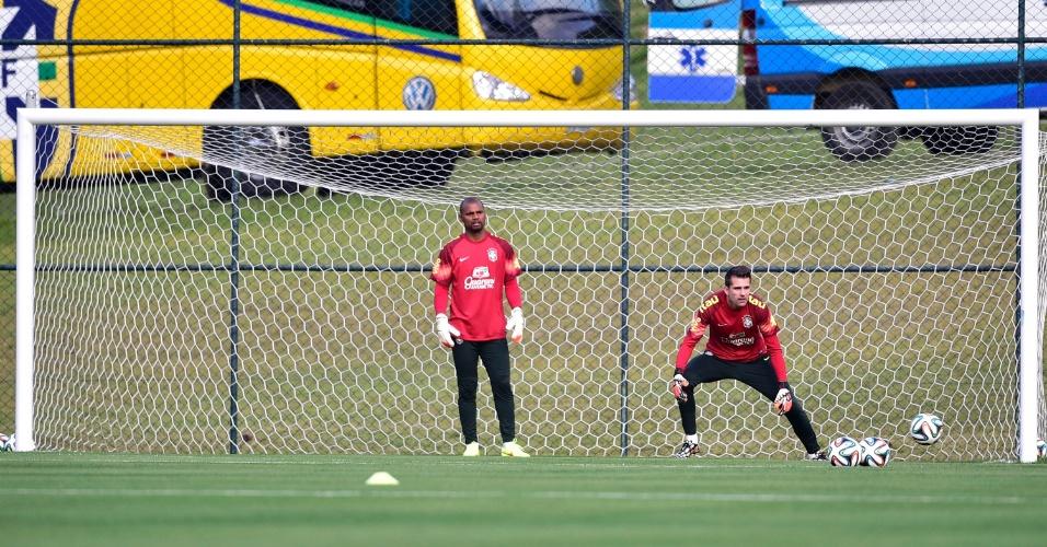 05.07.14 - Reservas Jefferson e Victor defendem bolas durante o treino da seleção brasileira