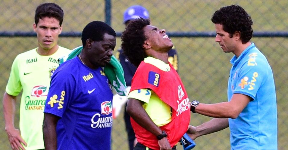 05.07.14 - Willian é atendido pelos médicos após choque com Hernanes no treino da seleção