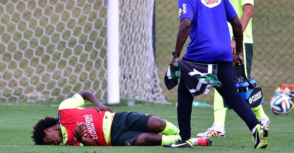 05.07.14 - Willian fica no chão após choque com Hernanes no treino da seleção