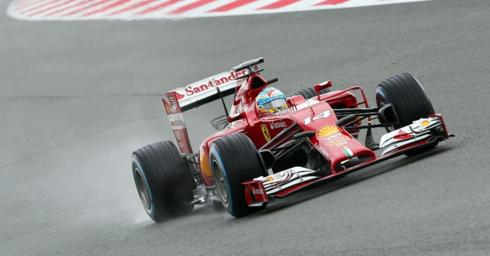 05.jul.2014 - Fernando Alonso conduz sua Ferrari pelo circuito de Silverstone durante treino para o GP da Inglaterra