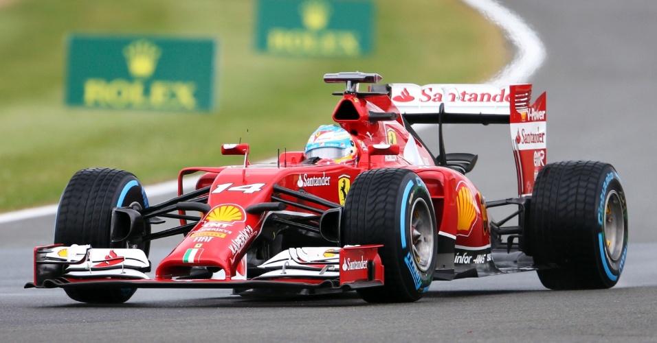 05.jul.2014 - Fernando Alonso guia sua Ferrari pelo circuito de Silverstone durante treino para o GP da Inglaterra