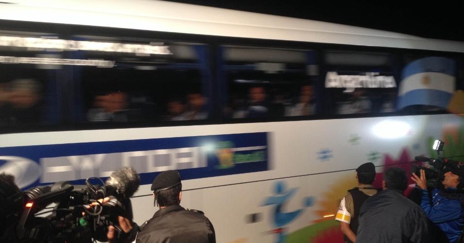 5.jul.2014 - Apenas jornalistas aguardaram a chegada da seleção argentina a Cidade do Galo, em Vespasiano (MG)