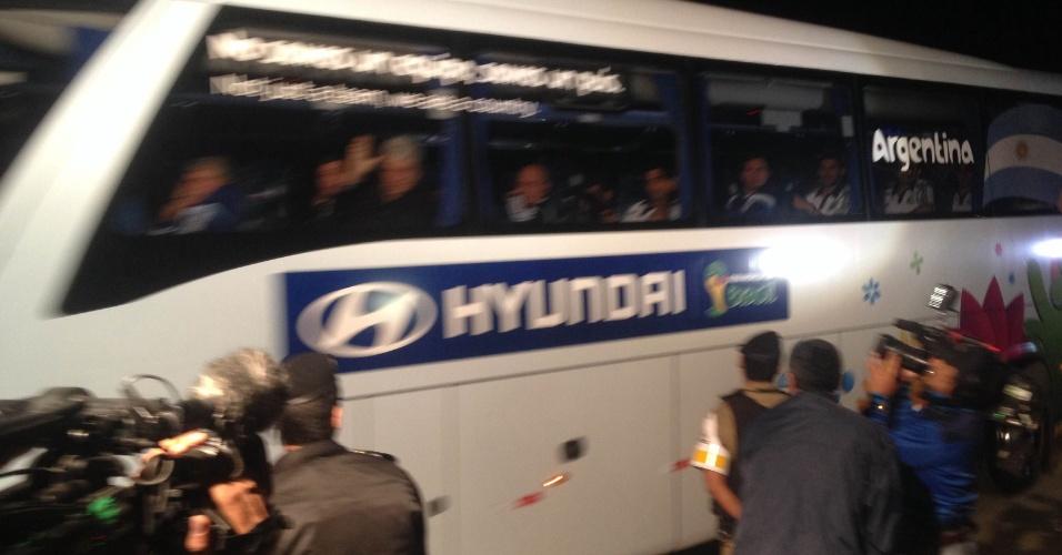 5.jul.2014 - Ônibus com a delegação da Argentina chega na Cidade do Galo após vitória sobre a Bélgica