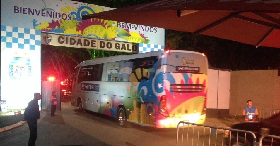 5.jul.2014 - Ônibus da seleção argentina entra na Cidade do Galo, em Vespasiano (MG), após classificação para as semifinais