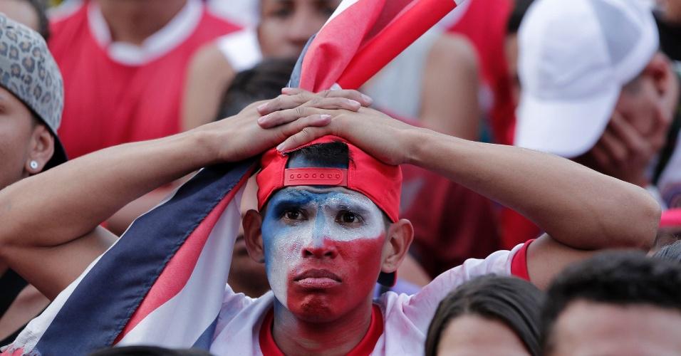 5.jul.2014 - Torcedor costarriquenho leva as mãos à cabeça ao ver sua seleção ser eliminada pela Holanda nos pênaltis