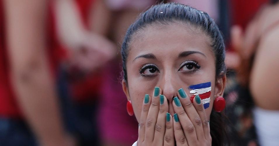 5.jul.2014 - Torcedora costarriquenha lamenta eliminação da Copa do Mundo após cobranças de pênaltis contra a Holanda