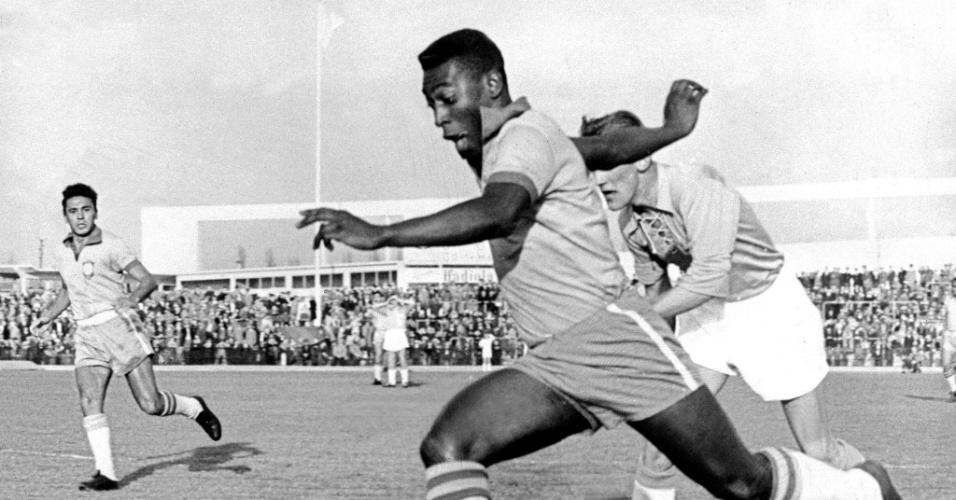A primeira partida disputada entre as duas seleções foi um amistoso na cidade de Hamburgo, Alemanha, em 1963. Oito dos 11 titulares brasileiros eram do time do Santos. Pelé deu o passe para o primeiro gol e marcou o segundo