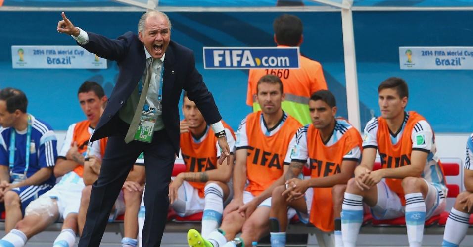 Alejandro Sabella orienta o time da Argentina em partida contra a Bélgica
