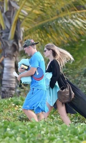 Alemão Bastian Schweinsteiger recebe visita de sua mulher, Sarah Brandner, na Bahia antes de pegar o Brasil