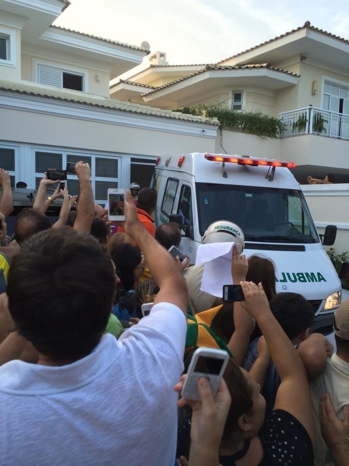 Ambulância com Neymar tenta entrar na garagem da casa do atacante no Guarujá