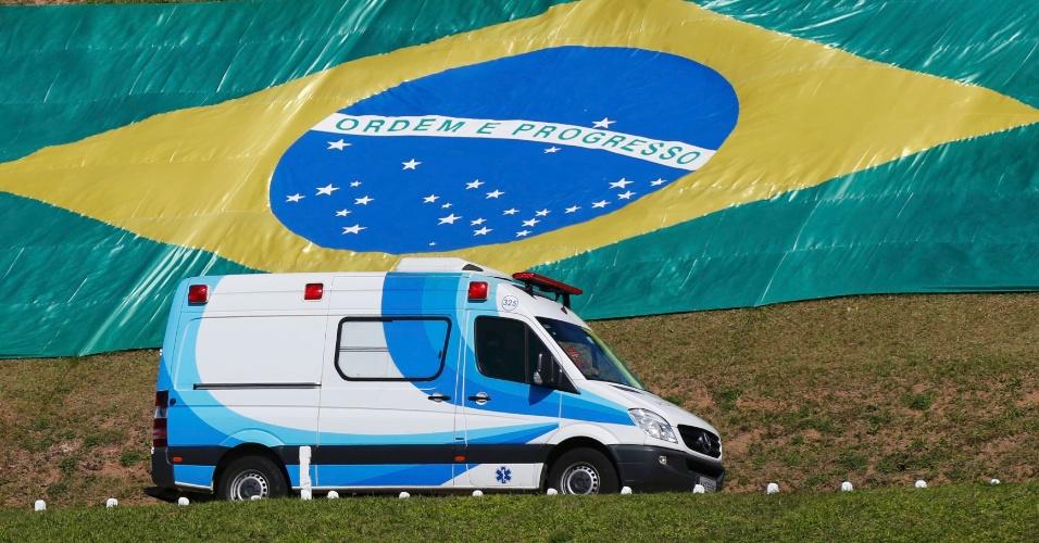 Ambulância levou Neymar até o helicóptero na Granja Comary